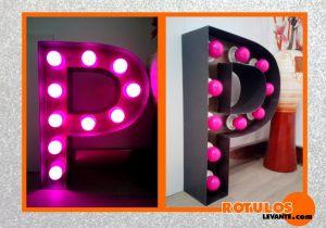Letras con iluminación rosa