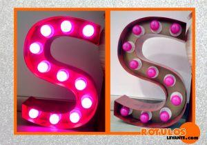 Letras iluminación con bombillas rosas