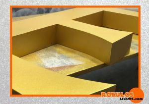 Letra de aluminio color oro satinado