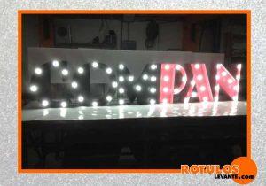 Letras vintage iluminación con bombillas