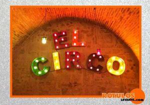 Letras estilo vintage iluminación con bombillas