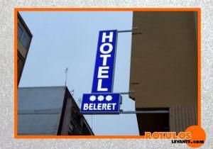 Rótulo luminoso hotel.